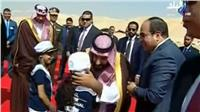شاهد ولي العهد السعودي يقبل رأس أحد الأطفال بالإسماعيلية