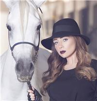 صور| مي عز الدين تتألق في أحدث جلسة تصوير مع «الحصان»