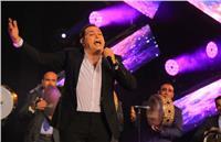 «حكيم» يشعل حماس الحاضرين في حفل «في حب مصر» بالكويت