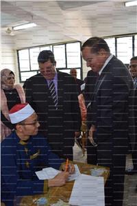 رئيس جامعة سوهاج يتفقد امتحانات الأجانب