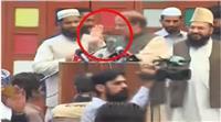 فيديو| طالب يلقي بحذائه على رئيس الوزراء الباكستاني السابق