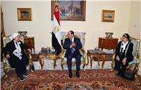صور| الرئيس السيسي يستقبل سيدتين تبرعتا لحساب تنمية سيناء