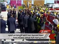 فيديو| «السيسي» يصافح عمال رصيف ميناء شرق بورسعيد