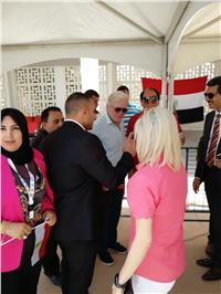 مصر تنتخب  حسين فهمي يشارك المصريين في الخارج «فرحة التصويت»