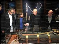 العناني والوفد المرافق له يتفقدوا معرض «توت عنخ آمون» قبل افتتاحه  صور