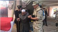 مصر تنتخب| الجيش والشرطة يساندون كبار السن في المعادي