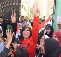 مصر تنتخب| فيفي عبده تنشر البهجة أثناء الإدلاء بصوتها في الانتخابات.. فيديو وصور