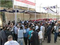 رئيس هيئة الإمداد بالقوات المسلحة يصافح المواطنين بروض الفرج