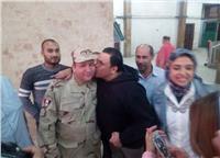 مصر تنتخب| محمد فؤاد يقبل رجال الجيش أمام اللجان الانتخابية