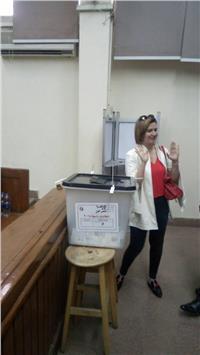 مصر تنتخب| هنا شيحة أثناء الإدلاء بصوتها: «المشاركة واجب وطني»
