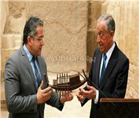 بعد زيارته للأهرامات.. العناني يهدي الرئيس البرتغالي «مركب شمس»| صور