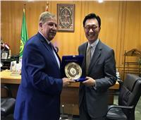 صور  محافظ الإسماعيلية يلتقي السفير الكوري بمكتبة مصر العامة