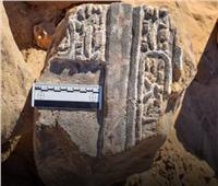 العثور على حجر أثري روماني خلال حفر صرف صحي بسوهاج