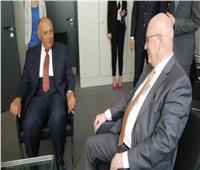 وزير الخارجية يلتقي زعيم الأغلبية البرلمانية بالبوندستاج الألماني