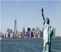 محتج يتسلق تمثال الحرية بنيويورك اعتراضا على السياسات الأمريكية