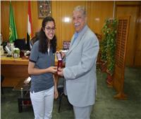 محافظ الإسماعيلية يستقبل طالبة فائزة بمنحة دراسية بأمريكا