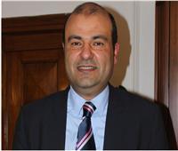 «خالد حنفي» يهدي «إبراهيم محلب» درع اتحاد الغرف العربية