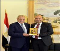 خالد حنفي يهدي «محلب» درع اتحاد الغرف العربية