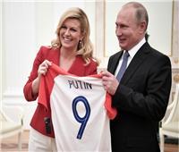 روسيا 2018| رئيسة كرواتيا تهدي بوتين قميص المنتخب قبل نهائي المونديال
