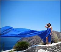 غادة عبد الرازق تتألق بألوان الصيف على شواطئ اليونان| صور
