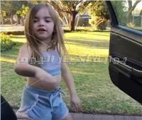 أصغر طفلة ترقص على أغنية «كيكي»