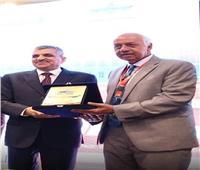 الفريق أسامة ربيع يكرم رئيس الجمعية المصرية لأمراض القلب