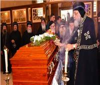 فيديو| لحظة بكاء البابا تواضروس الثاني بجنازة الأنبا إبيفانيوس
