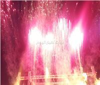صور| أحمد عصام يُمتع جمهوره بالألعاب النارية في الإسكندرية