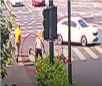 شاهد لحظة سقوط امرأة في «بالوعة» صرف صحي