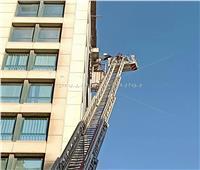 إنقاذ عامل تعلق في «الطابق التاسع» بإحدى عمارات البساتين