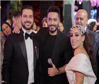 صور| تامر حسني وأحمد عصام يخطفان الأضواء بزفاف «محمد ونانسي»