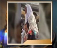 شاهد| مصري يحمل والدته ويطوف بها حول الكعبة