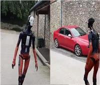 شاهد| «روبوت» يثير جدلا واسعا بمواقع التواصل.. والمفاجأة صادمة