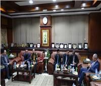 درع السفارة الإندونيسية لرئيس جامعة المنيا