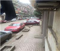 صور| السيارات تحتل رصيف المشاة بحي الوايلي