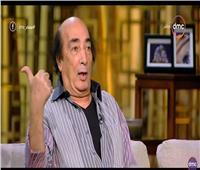شاهد| عبد الله مشرف يقلد كمال الشناوي ونجوم الزمن الجميل