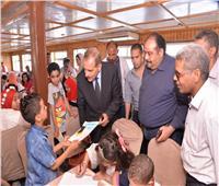 محافظ أسيوط يشارك أطفال أبوتيج رحلة نيلية