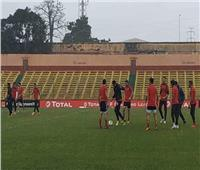 أمطار غزيرة تغطي ملعب مباراة الأهلي وهورويا الغيني