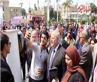 فيديو.. رئيس جامعة القاهرة يلتقط السلفي مع طلاب الجامعة في أول يوم دراسي