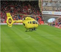 شاهد  دخول طائرة للملعب تؤجل مباراة بالدوري الإنجليزي