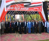 وزير التعليم العالي يشارك طلاب جامعة أسيوط في مراسم تحية العلم