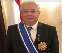 «البشير» يمنح سفير مصر بالخرطوم وسام النيلين من الطبقة الأولى