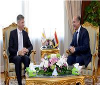 وزير الطيران يلتقي سفير قبرص بالقاهرة لبحث التعاون في المجال الجوي