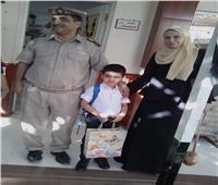 لفتة إنسانية.. مأمور شرطة ملوي يصطحب نجل شهيد إلى المدرسة