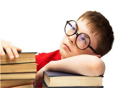 شاهد  خبير تربوي يوضح كيفية جعل الطفل يلتزم بالواجبات المدرسية