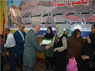 محافظ جنوب سيناء يوزع «شهادة أمان» على عدد من المواطنين