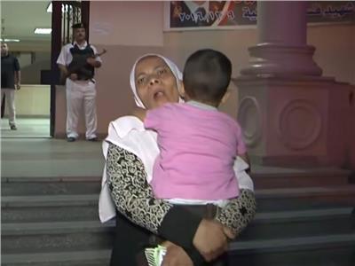 بالأحضان والقبلات  شاهد لحظة رجوع طفل لأسرته عقب خطفه