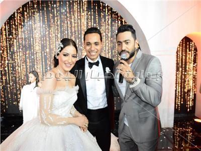 صور| حماقي وتامر حسني يشعلان زفاف «جلال ويارا»