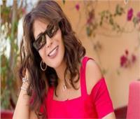 صور|«منى زكي» بفستان فوشيا قصير و« نظارة سوداء »