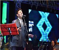 هاني شاكر يتألق في حفل غنائي ضخم بالإسكندرية